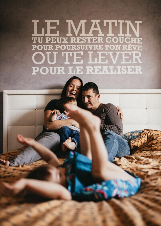 famille heureuse dans le lit de papa et maman